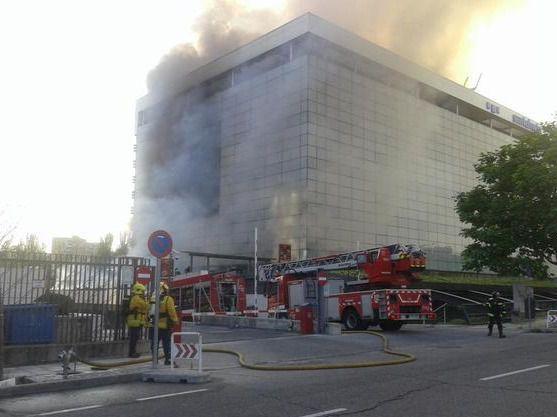 Controlado un aparatoso incendio en un restaurante del edificio de Santalucía
