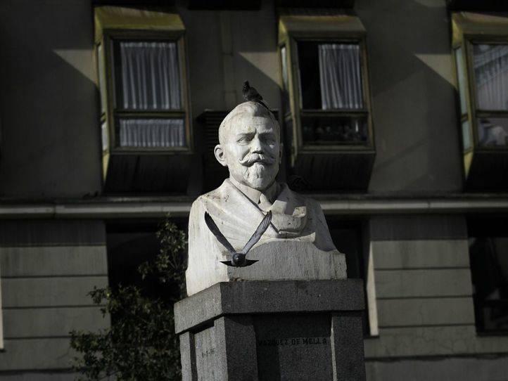 Estatua y plaza de Vazquez de Mella.