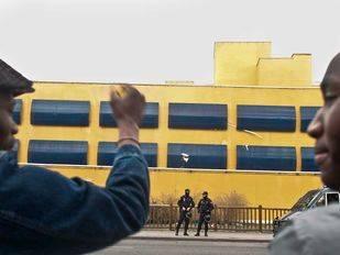 Un juez obliga al CIE de Madrid a permitir que los inmigrantes retenidos utilicen sus teléfonos móviles
