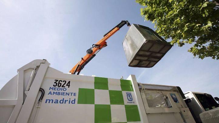 Un camión recoge un contenedor de reciclaje en Madrid.