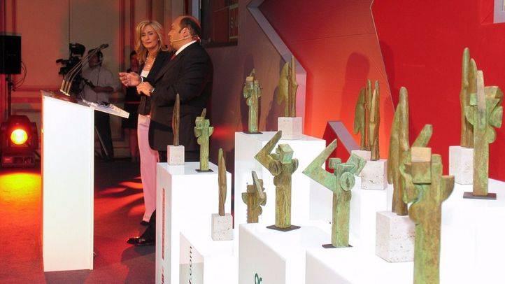 Esculturas de los galardones junto a Constantino Mediavilla y Nieves Herrero, presentadores de la gala.
