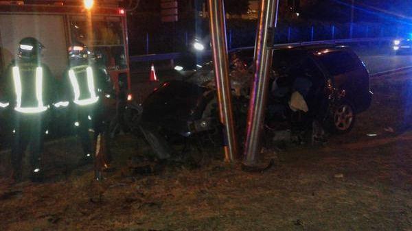 Muere un hombre al estrellar su coche contra un cartel de publicidad en una salida de la M-30