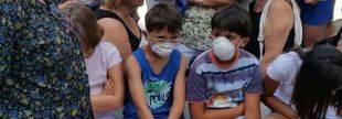 Niños afectados por el humo del incendio