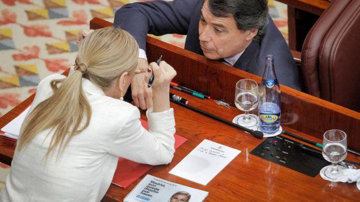Cristina Cifuentes e Ignacio González hablan en sus escaños en elsegundo día del debate de investidura.