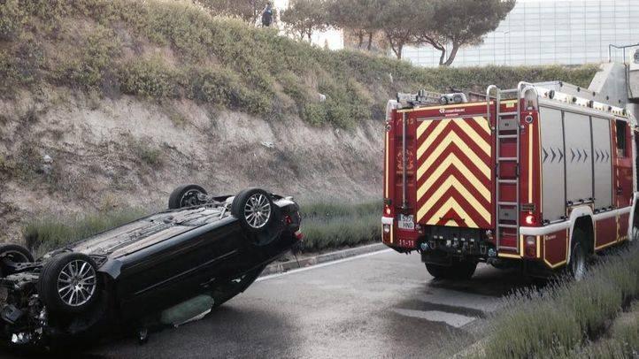 Herida tras caer con su vehículo por un talud de diez metros