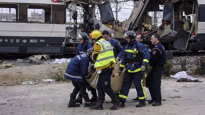 Miembros de Emergencias trasladan a uno de los heridos en los atentados del 11-M