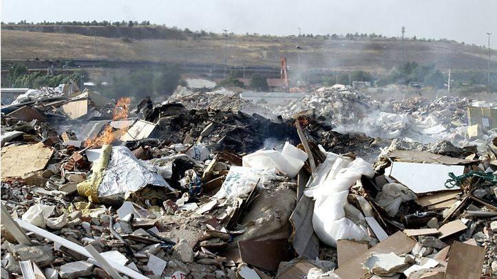 El incendio del vertedero ilegal sigue 48 horas después del inicio de los trabajos de apagado