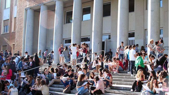 La Comunidad rebajará un 10% las tasas universitarias para el curso 2015-2016