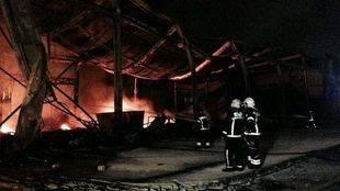 Arde una nave de 2.000 metros cuadrados en Fuenlabrada