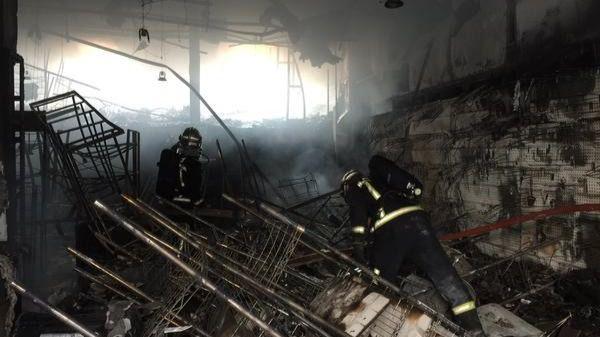 Desalojado un edificio de viviendas por un incendio en una tienda textil de Majadahonda