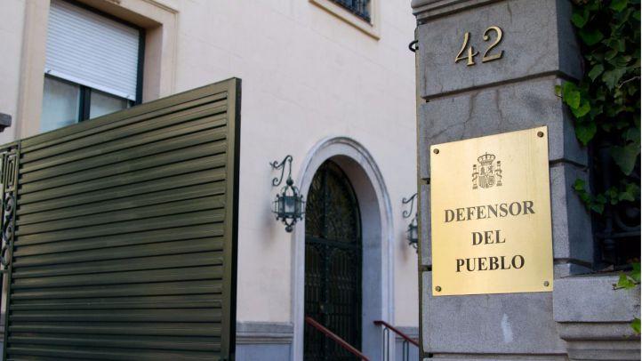 Entrada de la sede del Defensor del Pueblo, en la calle Zurbano.