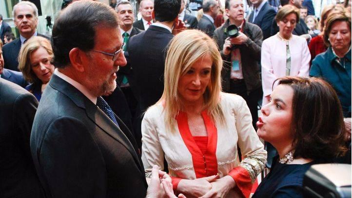 Mariano Rajoy conversa con Soraya Saénx¡z de Santamaría y Cristina Cifuentes. (Archivo)