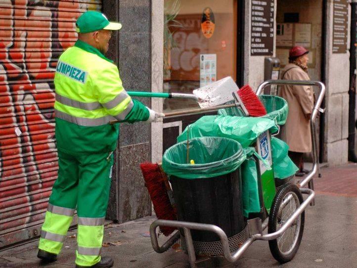 Huelga de limpieza barrendero limpiando calles