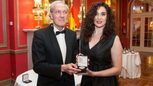 La diseñadora Zoraida Cases recibe la medalla de oro del Foro Europa 2001
