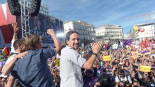 Miles de personas respaldan en Sol la moción 'estéril' contra Rajoy
