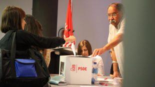 Las agrupaciones comienzan a contar los votos que decidirán el futuro del PSOE en la política española