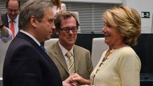 Esperanza Aguirre y Antonio Miguel Carmona conversando antes de la investidura de Manuela Carmena como alcaldesa de Madrid.