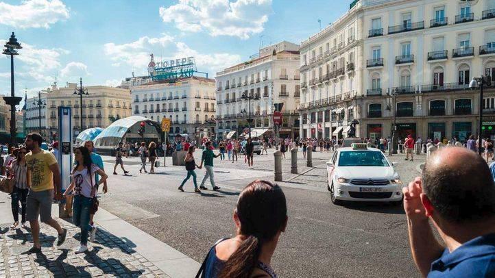 Llegan los turistas, el ambiente veraniego y el calor al centro de Madrid.