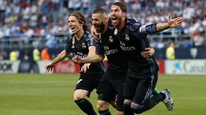 Los jugadores festejan el segundo gol al Málaga