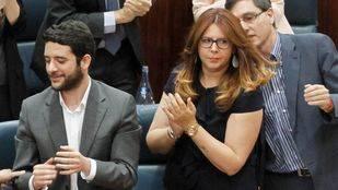 Eva Borox, número 3 de Ciudadanos, aplaude la intervención de Ignacio Aguado en el debate de investidura de la Asamblea de Madrid