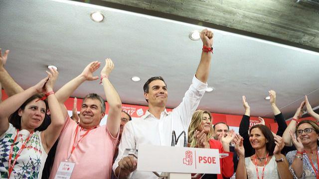 Pedro Sánchez celebra la victoria en Ferraz