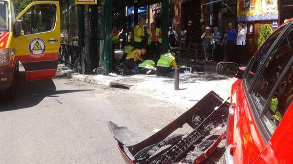Dos heridos, uno grave, en una colisión entre una moto y un turismo en la calle Alcalá