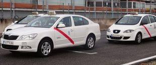 El Ayuntamiento estudiará mejorar la ordenanza del taxi y modificar el temario para la obtención de la licencia
