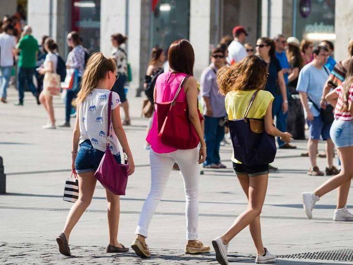 Turistas extranjeros paseando por Madrid.