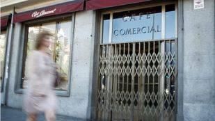 Una viandante pasa por delante del Café Comercial el día de su cierre por cese de negocio.