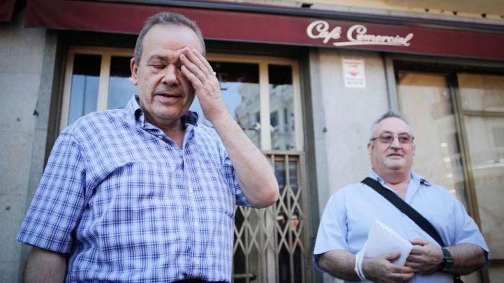 Dos camareros del Café Comercial, tras enterarse de la noticia.