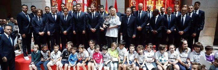 La presidenta de la Comunidad de Madrid, Cristina Cifuentes, ha ofrecido una recepción al Real Madrid tras proclamarse campeón de su 33 liga de fútbol.