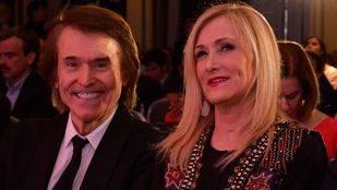 Cristina Cifuentes, presidenta de la Comunidad de Madrid, y el cantante Raphael.