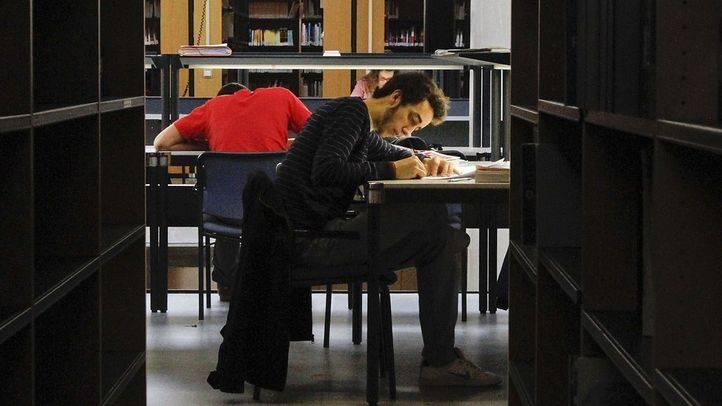 estudiantes universitarios preparan exámenes en la biblioteca de la universidad autónoma de madrid