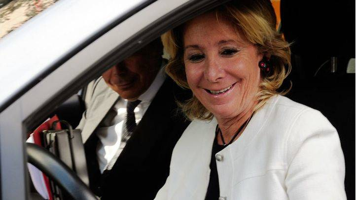 Esperanza Aguirre, en su coche Toyota (archivo).