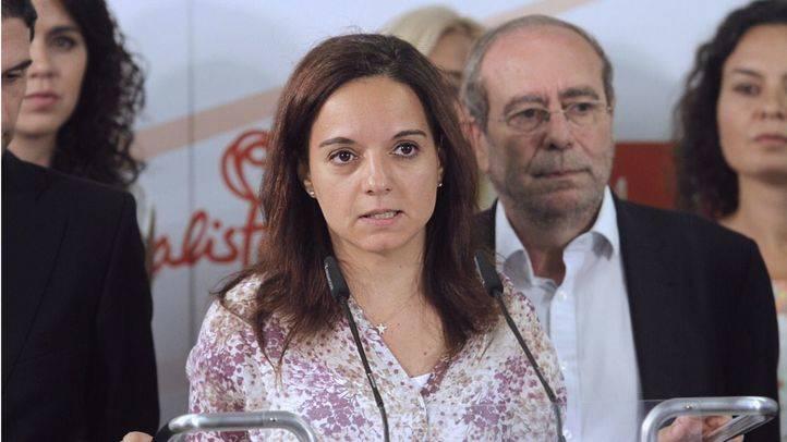 Sara Hernández, con el alcalde de Fuenlabrada, Manuel Robles, detrás.
