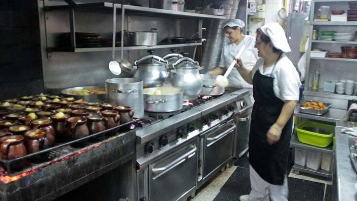 Empleo libro turismo. La hostelería es otro yacimiento de empleo turístico. en la imágen, la cocina del restaurante centenario La Bola.