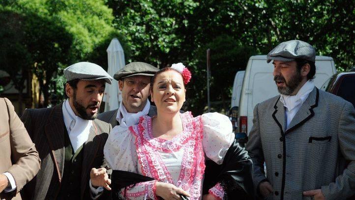 Cantan zarzuela La Verbena de la Paloma en la calle