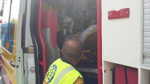Sanitarios atienden a uno de los heridos en la reyerta.