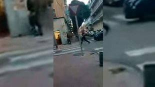 Momento en que la Policía entra en la peluquería y detiene al hombre atrincherado.
