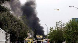 Columna de humo provocada por un incendio en una nave industrial de Arganda del Rey.