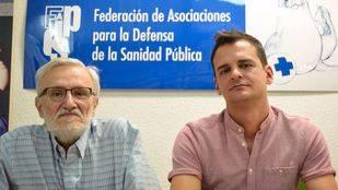 Marciano Sánchez, presidente de la Asociación para la Defensa de la Sanidad Pública, y Sergio Fernández, vicepresidente de la misma, presentando el informe sobre la escasez de camas hospitalarias en la Comunidad de Madrid