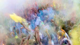 Lavapiés celebra la llegada del monzón con una lluvia de colores