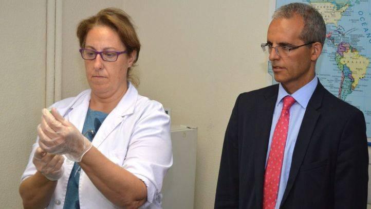 Subdelegado del Gobierno en Madrid, Luis Martínez-Seclura, durante su visita al Centro de Vacunación Internacional