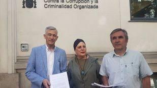 Los diputados  Mercedes Gallizo (PSOE), Eduardo Gutiérrez (Podemos) y Juan Rubio (Ciudadanos), en la Físcalía Anticorrupción.