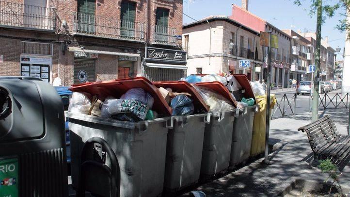 Foto de archivo de varios contenedores rebosantes de basura en el distrito de Villa de Vallecas.
