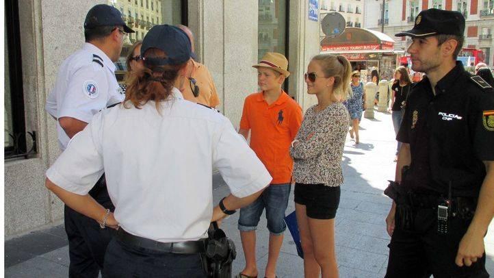 La Policía Nacional patrulla este verano junto a agentes franceses.