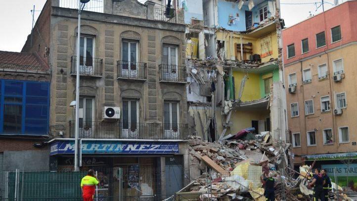 Los vecinos del edificio desplomado en Tetuán recogen algunas pertenencias