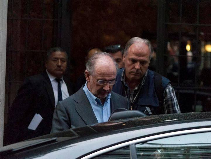 Rodrigo Rato es detenido por agentes de Aduanas tras registrar su casa.