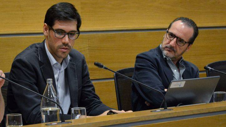 Juan Galiardo, director de Operaciones de Uber España (d) junto a Francisco Aranda, secretario general de UNO (i).