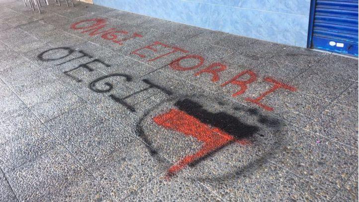 Aparecen pintadas de 'Bienvenido Otegi' a las puertas de la sede del PP de Coslada